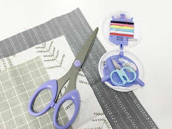 然後再準備一塊漂亮的布料、麻布(或者不穿的衣服布料)針、線、剪刀