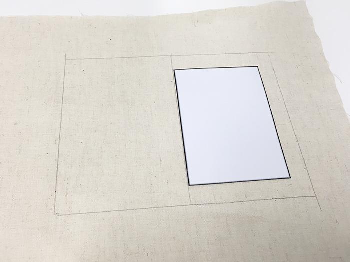 像這樣畫出四周都要長出1cm的兩個大小一樣的圖案