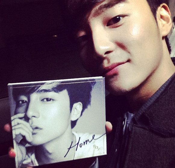 2012年因參加選秀節目《Super Star K》第四季而出道的冠軍Roy Kim 自2013年開始出了幾首膾炙人口的歌曲 如《BomBomBom》《Love Love Love》以及《Home》 此外也參與了不少戲劇的OST