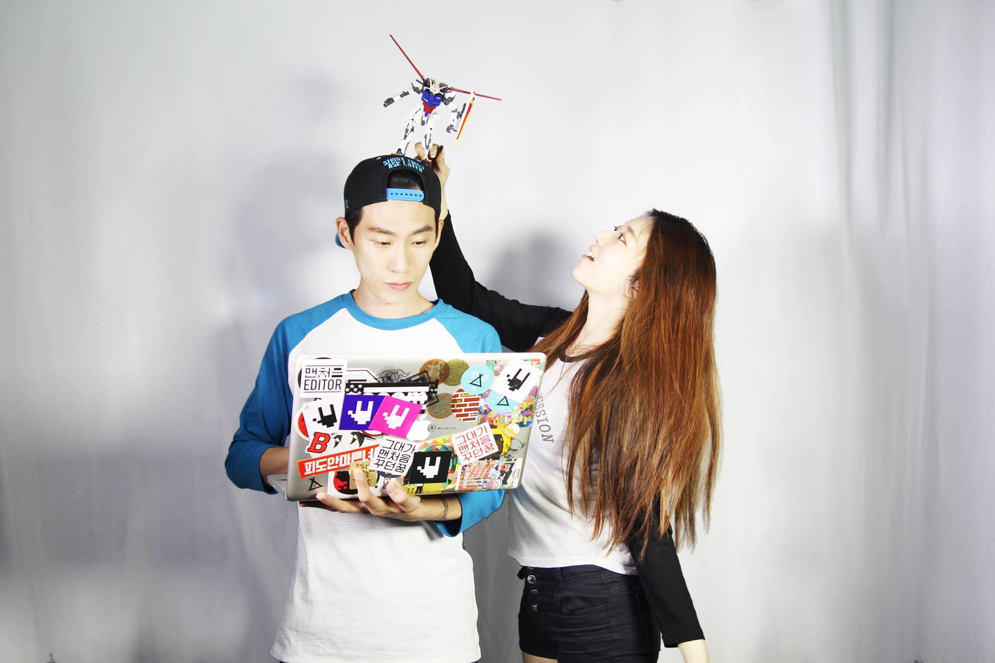 兩人都是藝術家,在韓國與國外都有展示過很多出眾的作品 喜歡做東西的她與喜歡電腦的他 她擅長設置美術,他擅長New Media Art