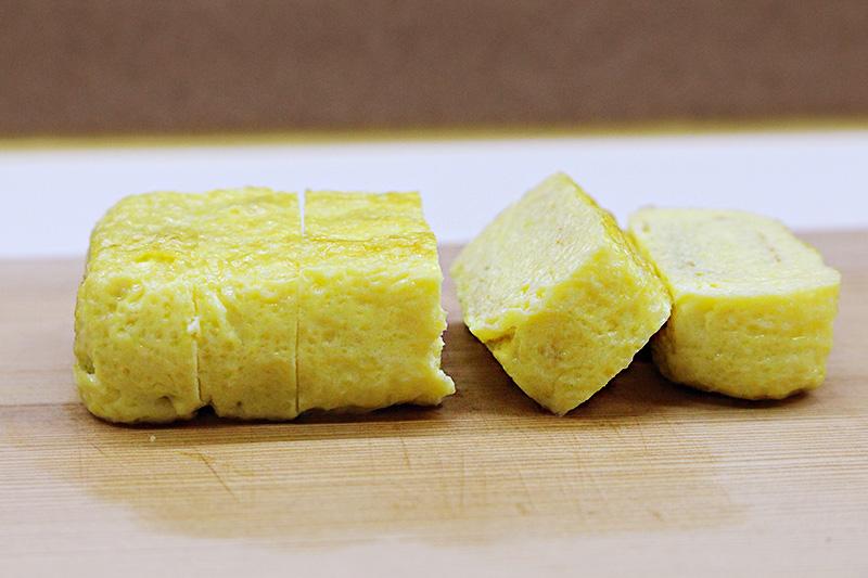 先介紹下今天的料理名單,玉子燒(日式蛋卷)! 不同於韓式蛋卷,日式蛋卷是甜的,而且特別嫩滑 是日本人常做的菜式,也永遠是小朋友最搶著吃的菜~~
