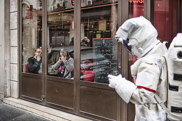 端了杯咖啡 走在巴黎街頭 還對向我揮手的巴黎的市民們打招呼 (在公司感受不到的溫暖  ㅠㅠ)