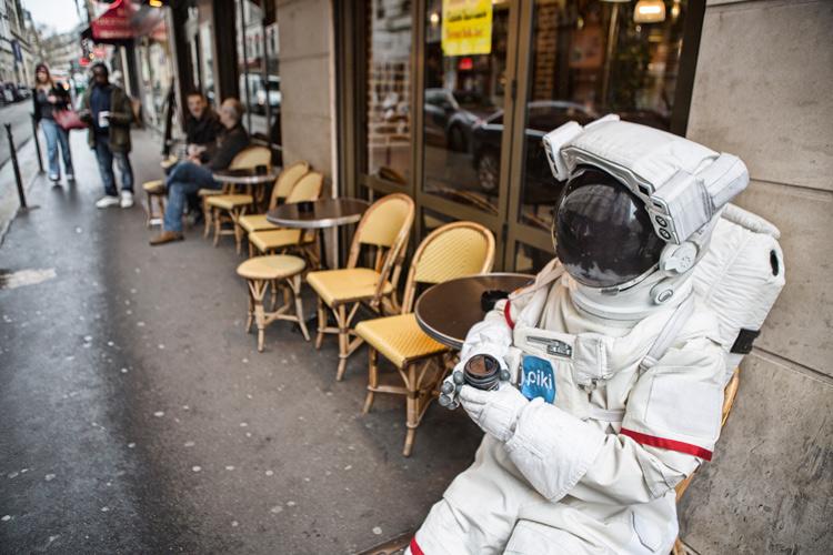 提起了勇氣 走向巴黎市民的身邊 向他們問了一句: