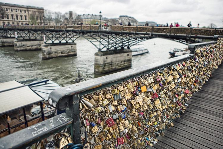 還經過了鎖滿了愛情鎖的大橋