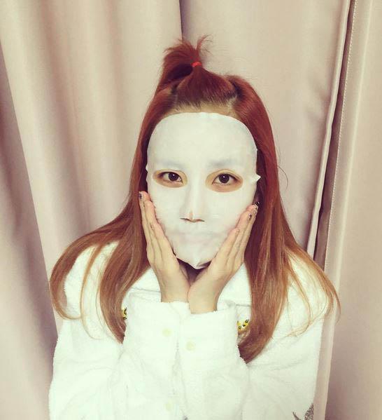 韓國女生們向來特別喜愛使用面膜,女星河智苑甚至是365天敷面膜來保持肌膚水分充足!(Dara連嘴唇保養都不放過呀~)