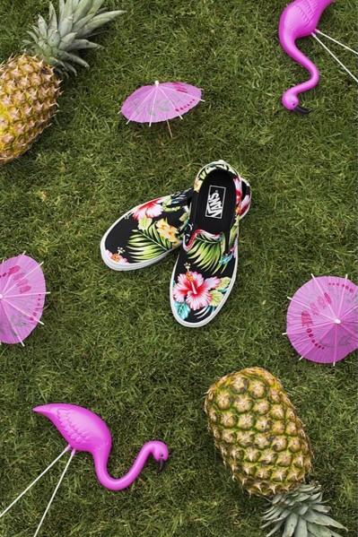 到了夏季,各大運動品牌今天都有推出夏威夷風格的設計,Vans也不例外!