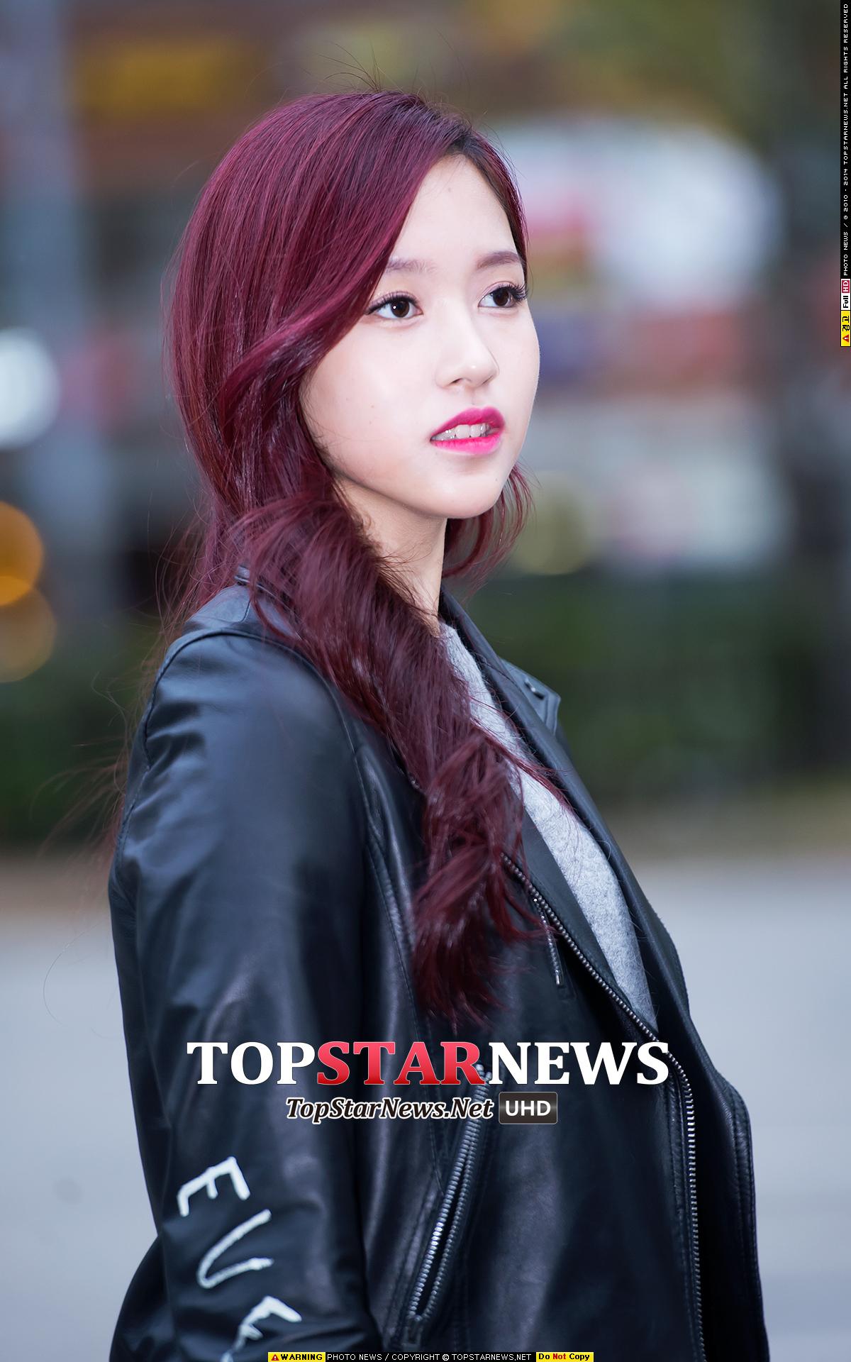 簡單的打底衫和皮衣外套,看似酷帥的打扮襯托得Mina美貌更加動人! 大家發現了沒?Mina的眉色和唇色都有跟髮色很搭配啊!