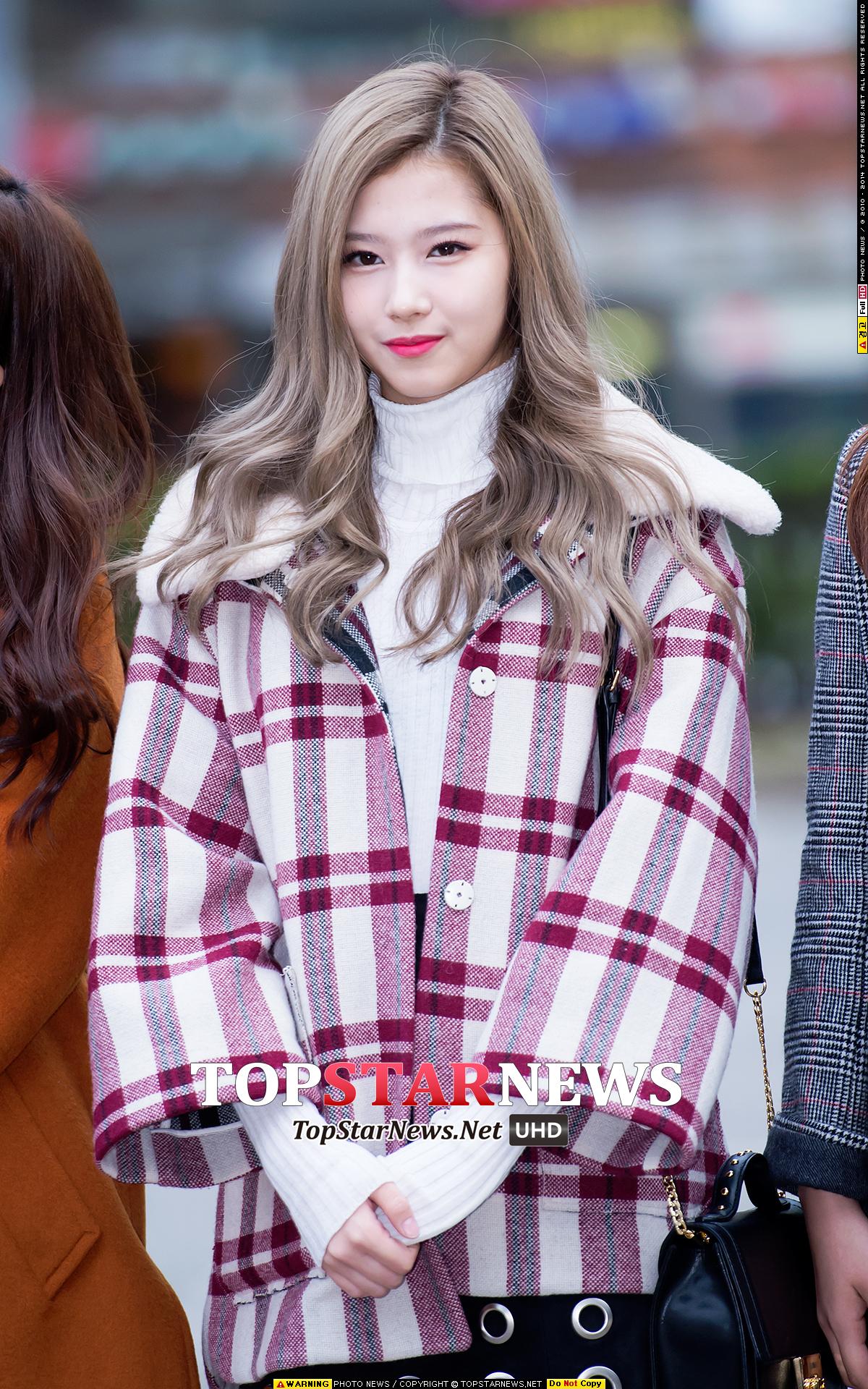 Sana在出道MV《Like OOH-AHH》中展現了可愛的脫線魅力,獲得了大眾關注, 甜美中自帶貴族氣息的翻領厚呢外套,用經典的紅灰黑三色格子搭配消化, 內襯低調白色打底衫,保暖與時尚兼具!