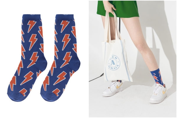 幾何圖形的中筒襪可以讓腿的線條變得更修長,若選擇顏色鮮明的襪子,可以讓腿看起來變得更白皙喔!