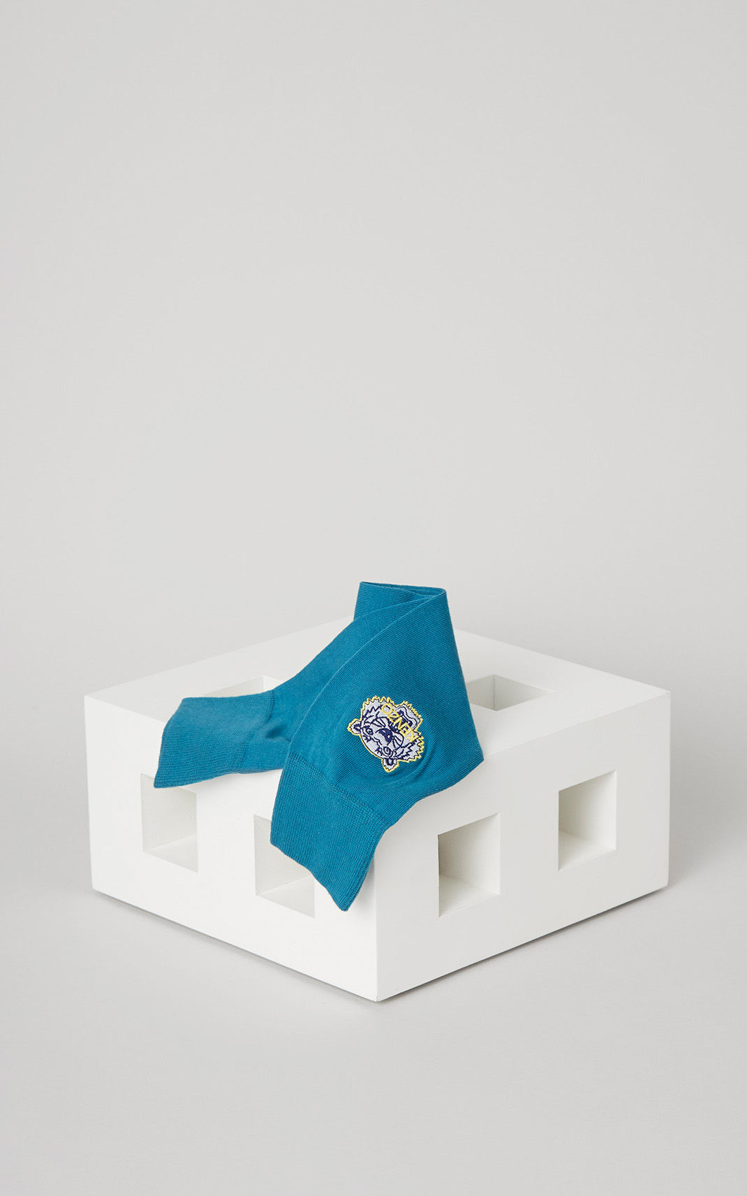 KENZO也有推出高彩度的襪子喔!雖然設計風格很簡單,但穿起來就是擋不住的帥氣。