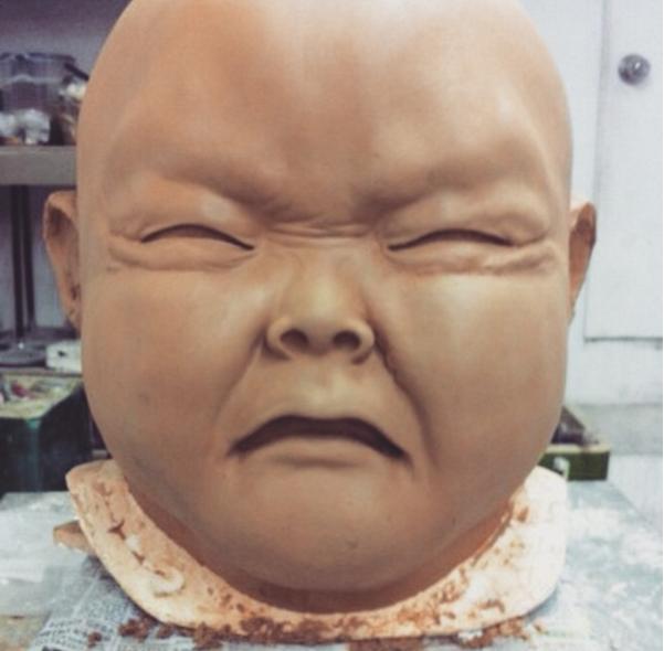 T.O.P 《DOOM DADA》MV 中的大頭娃娃就是「臉皺在一起」的最佳範例阿( •́ὤ•̀)