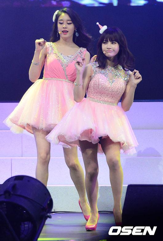 芝妍在她後面彷彿女巨人XDD 其實是因為寶藍真的太嬌小啦~