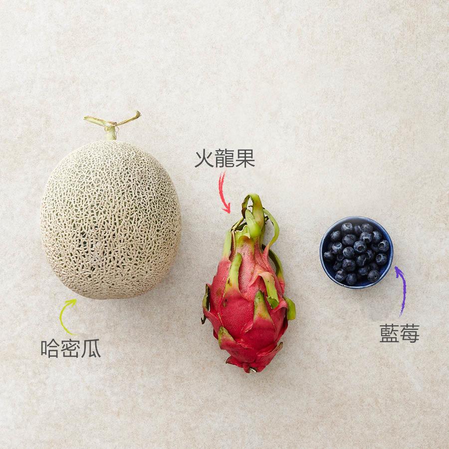 準備材料需要哈密瓜、火龍果、藍莓、挖球勺. 要放在哈密瓜裡面的水果可以選擇別的來代替,沒有挖球勺可以用圓形茶匙來代替.