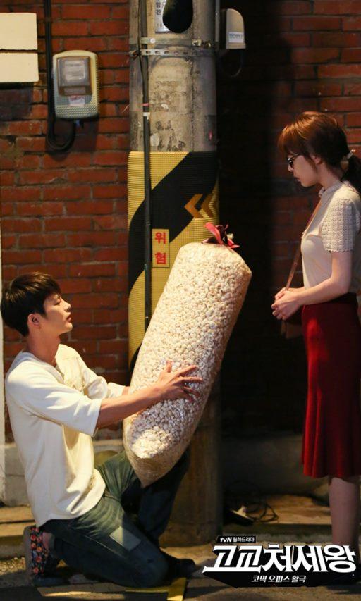 《高校處世王》徐仁國 徐仁國在劇中同時扮演18歲高中生李敏碩,和長得一模一樣但相差十歲的哥哥李亨碩。