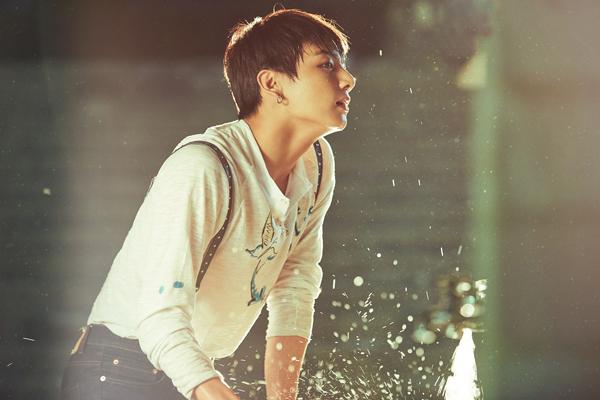 在我要鎮定一下因為SUGA所造成的心前 97Jung Kook竟然開開心心跳著進來了.  個人覺得水與少年的組合非常好!