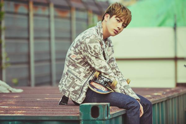 聽說Jin的肩膀太寬,因此上衣的尺寸都要穿115是真的嗎?