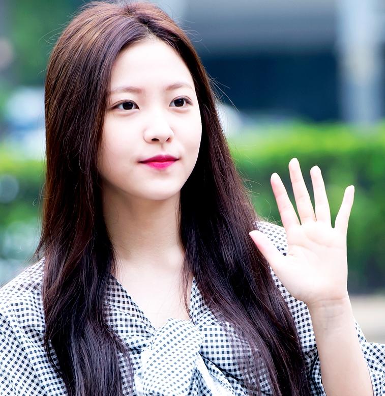 【杏仁眼】 如果你跟Red Velvet的Yeri一樣是杏仁眼,那真是太羨慕你了!天生完美的眼型,只需要強調眼球位置就很完美了!