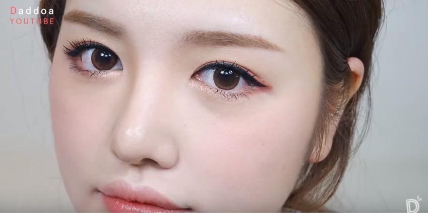 現在就來教大家畫最近韓國很常見的珊瑚色眼妝!