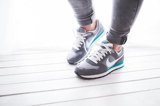 開始變冷之前還是要做一些運動. 但總不能不穿鞋運動吧? 既然已下定決心要運動了,那就要先去逛逛運動鞋才可以呀~