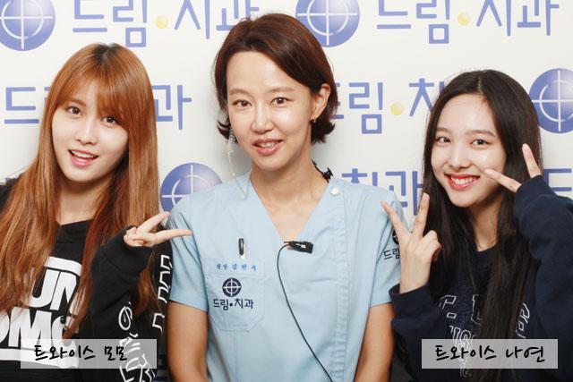 原來這是一組TWICE的素顏照,她們和公司合作的牙科醫生們照相,首先左邊是Momo,右邊是娜璉