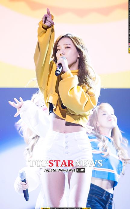最近韓國演藝圈出現很多纖腰美女像是雪炫和子瑜 最大的共同點就是一定要穿上迷你短T來秀一下 果然沒有自信是不能像瑟琪一樣擺出這麼自在的表情的啊