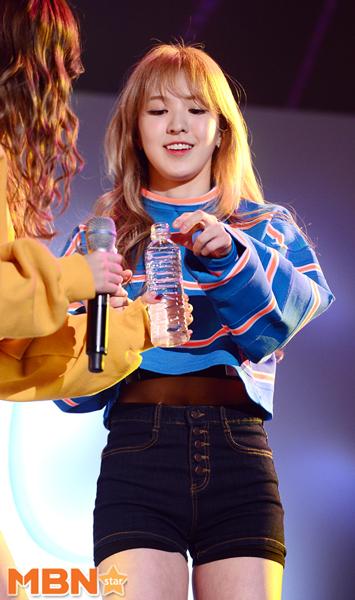 雖然看到前面她們唱唱跳跳的樣子 散發滿分魅力 完全可愛 (Wendy的眼神是在說:給我水水~嗎?)