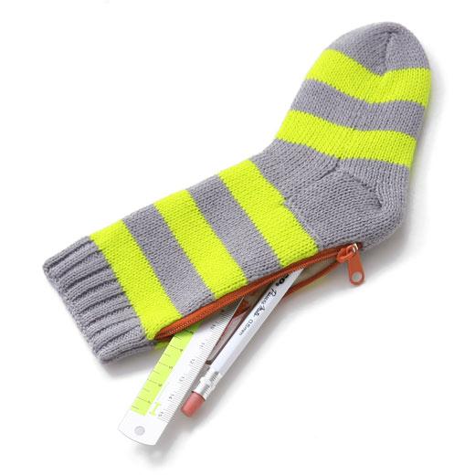 #襪子造型筆袋 NT.666(另有其他顏色) 還以為是掛在聖誕樹上的襪子原來隱藏著筆袋的功能~實用&造型兼具的設計!