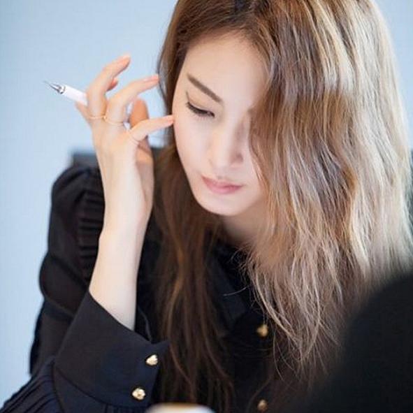 wow... 好像也有點像韓國女明星韓高恩..... 果然漂亮的女生還是一樣漂亮. 只是拿了個自動筆都這麼美ㅠㅠㅠㅠㅠ