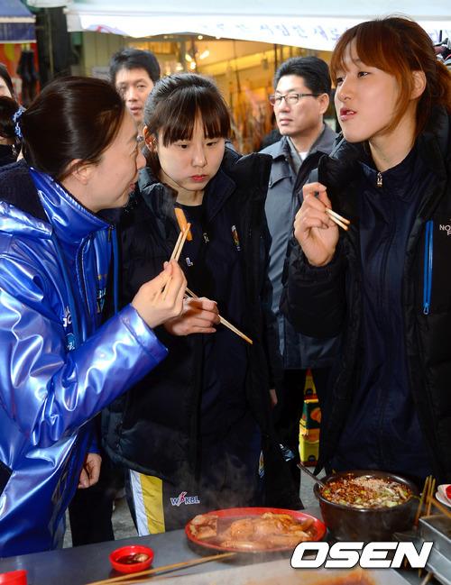 韓國路邊攤超多東西好吃的啊!有賣辣炒年糕,晚上還可以跟朋友一起喝酒在外面搏感情~