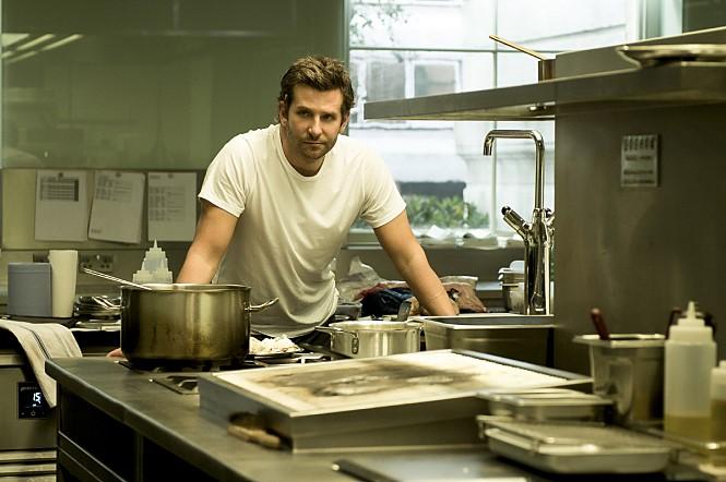 # 布萊德利·庫柏 (Bradley Cooper) 在最近上映的電影《天菜大廚》中,他演繹了一個性感的廚男。
