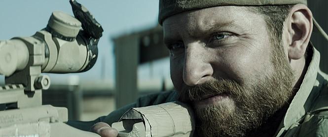 但是在前作《美國狙擊手》(2014)中,他明明就還是忠實憨厚的樣子...