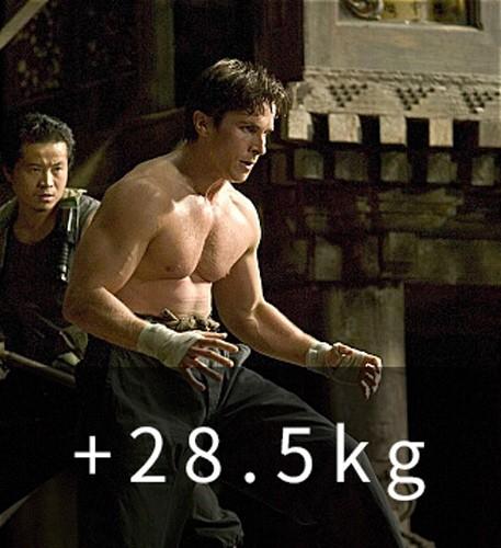 《蝙蝠俠:開戰時刻》(2005) (+28.5kg) 用一年的時間使體重恢復原狀 「我想再這樣下去,也許身體會不復存在的吧」