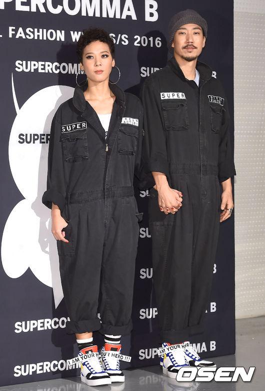 隔壁大叔就是尹美萊老公Tiger JK啦~ *Tiger JK在韓國是非常知名的饒舌歌手,之前大家超愛的學校2015原聲帶歌曲《Reset》中的Rap就是Tiger JK唱的呦!