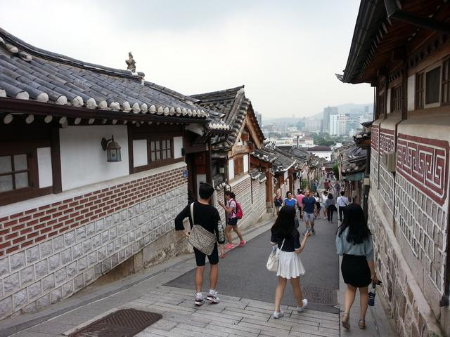 搭乘公車在三清派出所前下,順著斜坡一路向上即可..這裡是韓屋村最有名斜坡的,順著道路再往前走,你會看到...