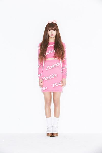 除了精緻的娃娃臉,YooA的完美的身材比例更是被韓國鄉民讚為「身材流氓 」~喔~原來「流氓」的意思不是不好,而是太強了~比方說音樂流氓就是每每發片都會衝上排行榜的歌手,而身材流氓也是這個意思!!