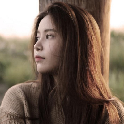 # Mamamoo 頌樂 :本名「金容仙」(今天一直公開人家本名)的頌樂 本名的最後一個字仙用韓文發音  音近似Sun 所以取了 「Solar」(太陽系)