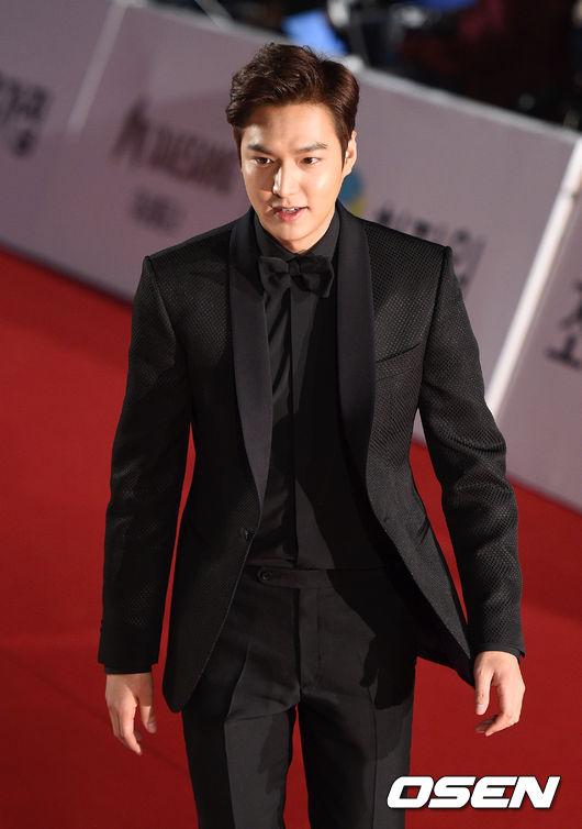 長腿歐巴李敏鎬也穿著全黑西裝  符合入圍作「江南1970」的風格帥氣現身! 但對比今年的男星 維持黑色的西裝風格 女星們的風格可就多變許多