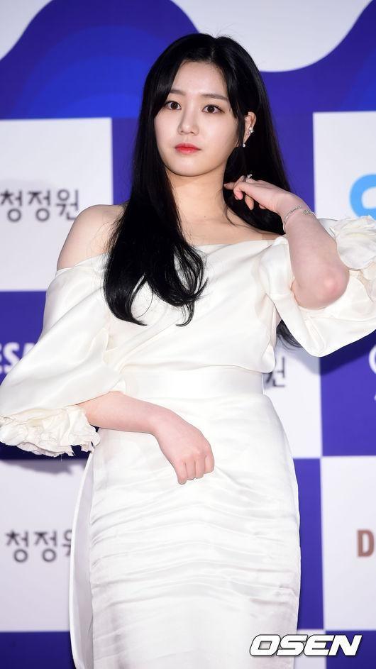 李宥菲也穿上雪白禮服 更稱出皮膚的白晰!