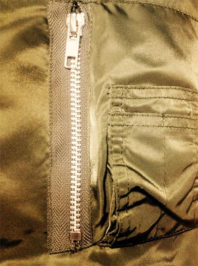飛行外套有一個很重要的特徵就是,袖子上都會有一個小口袋