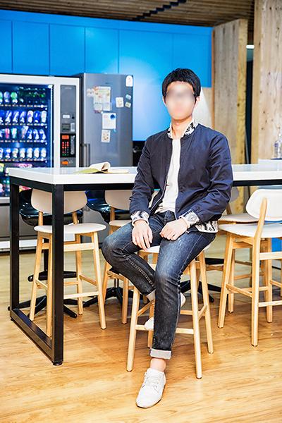深藍色的夾克搭配牛仔褲,上衣和鞋子則是選擇百搭的白色,讓花紋成為一個point