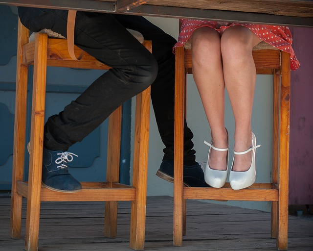 坐著的時候是最舒服的姿勢,但是這會讓腿型變得不好看。 張著腿坐也會讓骨盆傾斜,骨盆傾斜會給大腿肥胖的機會。因此把腿合上坐著的話會給腿部緊張感,這緊張感可以幫助練出漂亮的腿部曲線