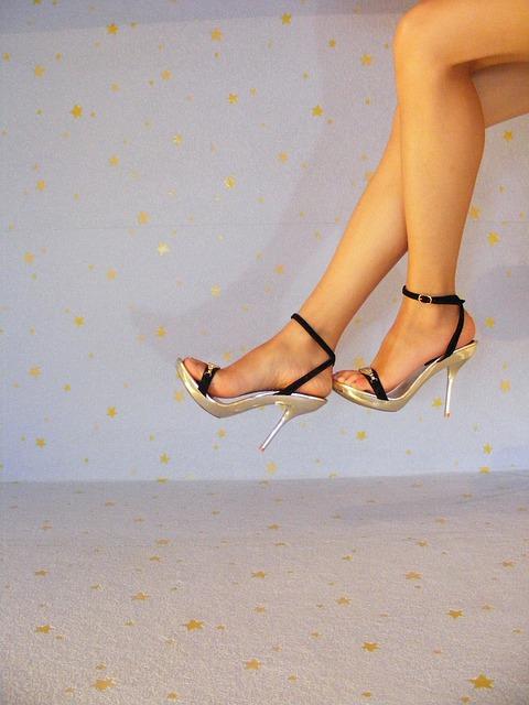 雖然高跟鞋能讓腿看起來很美,但太常穿是很不好的哦。 穿完高跟鞋可以做一些腿部按摩,讓疲憊的腿部放鬆一下。 穿太高的跟與尺寸不合的高跟鞋會讓走步姿勢變得不舒服,也會產生一些不必要的小腿肌肉