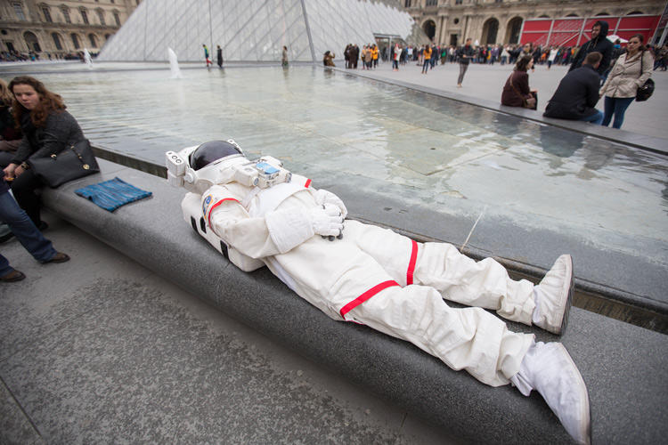 因為重力而比平常更是襲來的疲倦感 在羅浮宮前的來個回籠覺吧~