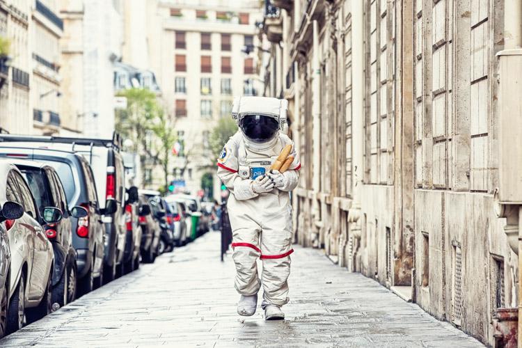 拿著法國麵包 在街頭沒有元氣的走著的宇宙人 他的命運會是?
