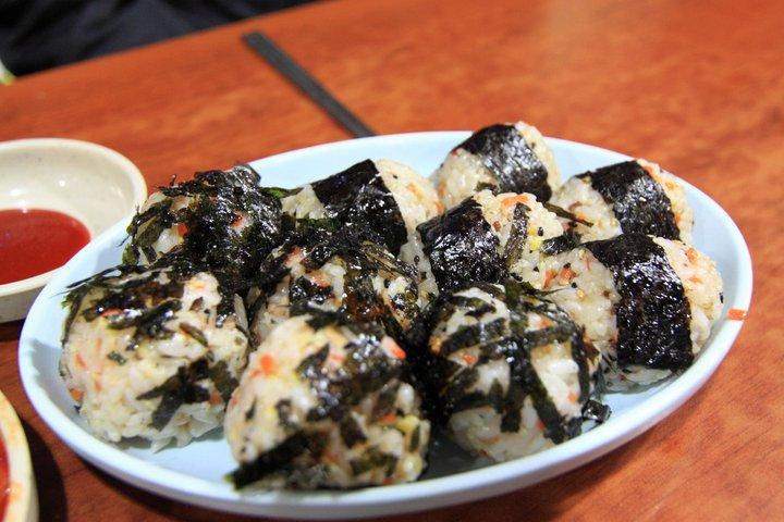 小編從國中吃到現在的麵疙瘩店,每次去都會必點的飯糰!(鮪魚&烤肉)