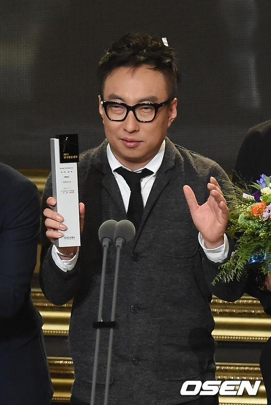 這位施展魔咒的主人不是別人!正是韓國笑匠兼主持人朴明洙是也!