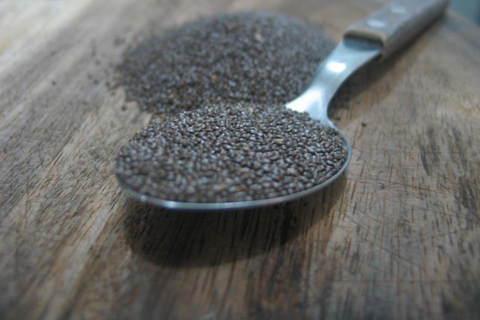 #3 奇亞籽 最近在歐美很流行的奇亞籽其實是鼠尾草的種子,含有高纖維、蛋白質、Omega-3等營養素,加在飲料裡喝能夠加速燃燒熱量,也會有飽足感,所以很多人在減肥期間會在燕麥粥、奶昔、果汁裡加入奇牙籽!  誰也這樣吃:趙胤熙、葛妮絲派特羅、安潔莉娜裘莉