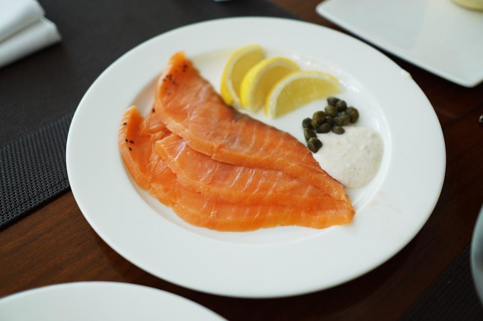 #4 鮭魚 為什麼大家減肥期間都推薦鮭魚?就連SHINee的Key也在個人放送中介紹了自己如何靠著鮭魚成功瘦下來。因為鮭魚富含omega-3,針對低血壓與心臟不好的人是很好的食材。鮭魚可以排毒,幫助運動時轉換脂肪為肌肉,作為晚餐是很好的選擇喔!  誰也這樣吃:Key、鄭多燕、瑪丹娜、黃正音