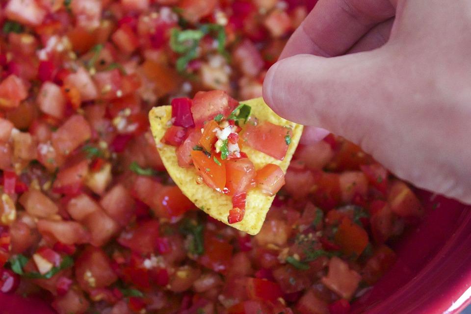 #6 莎莎醬 為什麼莎莎醬可以幫助減肥?因為它富含新鮮的食材,包括含高抗氧化功能的番茄,容易燃燒熱量的辣椒等,搭配魚肉、肌肉等高蛋白的食物吃,更有效!  誰也這樣吃:勞倫康拉德、蘿絲杭亭頓