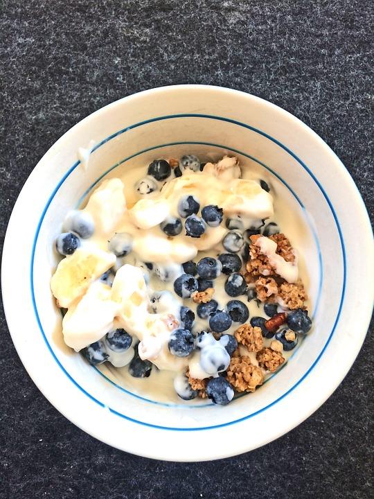 初瓏的早餐,幾乎每天都是希臘優格加入藍莓、杏仁、蔓越莓等健康食材,因為希臘優格具有高營養價值,其蛋白質含量也是一般優格的兩倍,容易產生飽足感,低卡路里很適合在減重時吃!